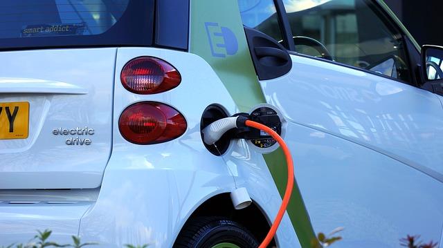 Prise et voiture électrique en copropriété